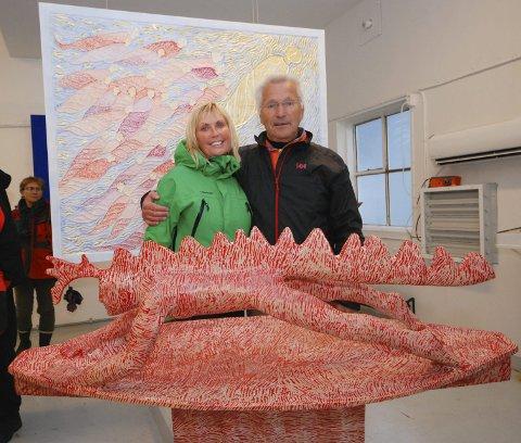 TREMENNINGER: Bente Aust og kunstner Johan Fredrik Arntzen viste ikke om hverandre før for et par måneder siden. Søndag møttes de to tremenningene for første gang i Maskinhallen på Slettnes fyr der han stiller ut. Skulpturen i forgrunnen er en surfer, skjært ut av ett trestykke og inspirert av Per Gynt.