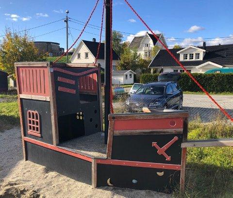 Sjørøverskipet som ligger i Vestfossen skal i fremtiden ut på nye tokt i Sandsvær barnehage i  Kongsberg.