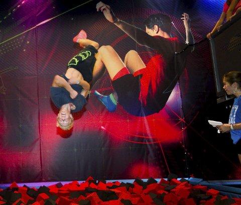 HOPP I VEI: Brede Olsen har tatt turen fra Sandefjord,  for å hoppe opp og ned i en og en halv time. Med trampoliner i alle retninger og fasonger, skumgrop og baner for ballspill kan barn, ungdom og voksne hoppe i vei. Foto: Bjørn V. Sandness