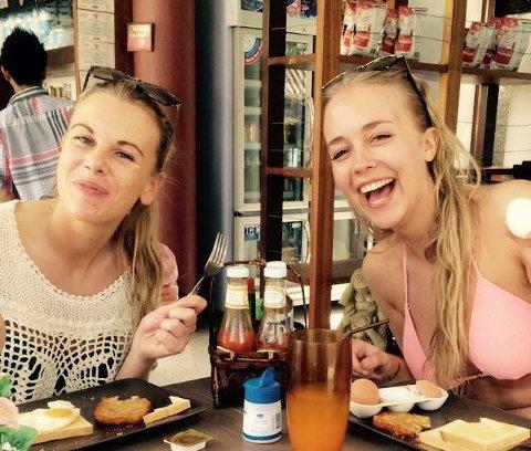 GLADE DAGER FØR ULYKEN: Sigrid Åsegg Simensen (til venstre) og Silje Fauskerud Mathisen var begge 22 år da da de reiste på ferie til Thailand sammen. Bare Sigrid kom hjem igjen.