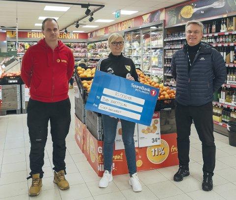 STØTTE: Butikksjef på Extra Biri, Jørgen Bjørnhaug (t.v.), nestleder Biri IL, Monica Eikrehagen og adm.dir Coop Innlandet, Dag Roger Rinde.