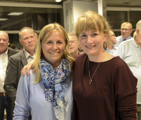 SIDE OM SIDE: Anne Kristine Linnestad (til venstre) kunne smile bredest etter at Høyre ble største parti. Men kampen er ikke over. Det gjenstår å se om Tuva Moflag har flertallet på sin side. Foto: Kari Kløvstad