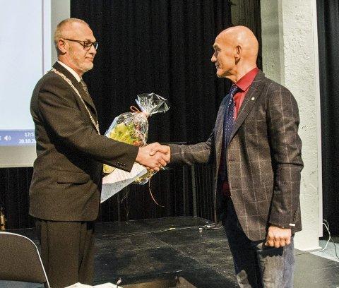 Ny varaordfører: Sps Olav Nordheim (t.h.) ble gratulert som varaordfører av Rune Høiseth (Ap).