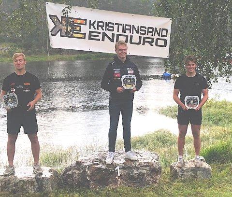 PÅ PALLEN: Oliver Fosser på seierspallen etter sin sterke tredjeplass i sitt første løp i junior eliteklassen. Foto: Privat