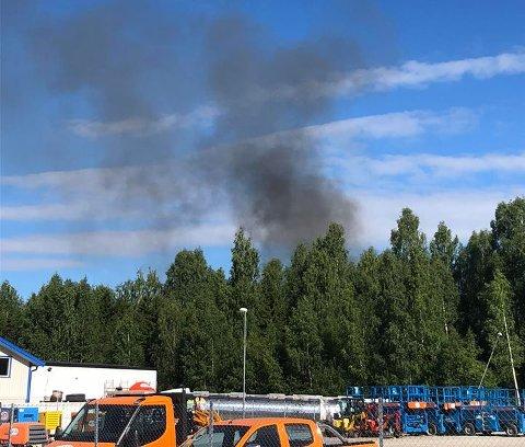 Det er mye røyk i området. Foto: Stian Bye Høgsveen.