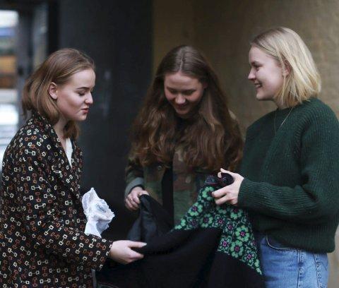Særegne plagg: Malin Hagen Olsen (16) Anniken Løvskogen (18) og Ruth Olerud (18) gjør ofte kupp når de handler secondhand.
