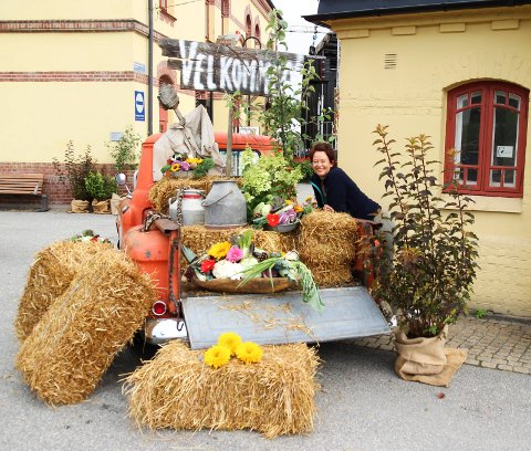 Heidi Øien fra Vik Blomster & Gaver ønsker Sommertoget velkommen på perrongen med dette flotte lasteplanet.