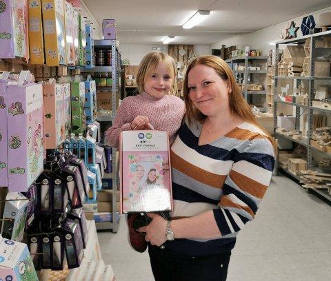 VIL ETABLERE NY BARNEBUTIKK: Tanja Terese Teply-Martinsen (34), her sammen med datteren Amalie (5), ønsker å etablere nye butikk i Jevnaker.