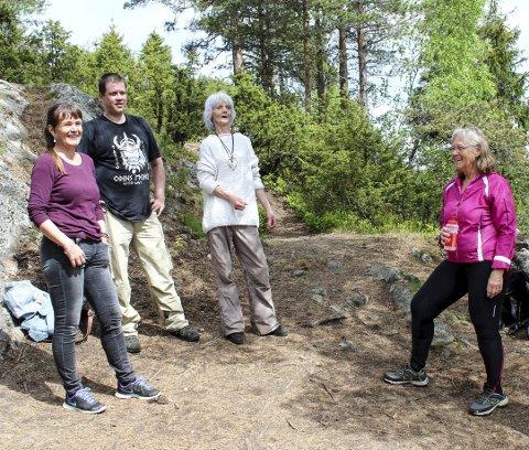 Fin Tur: Lisbeth Helene Hansen (t.v.) har tatt med seg Nils Bunes og Brit Malvik til topps og slår av en prat med Bibbi Nordby.