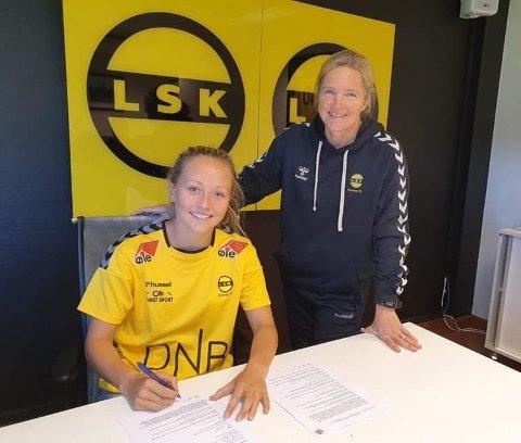 NYKOMMER: Camilla Linberg (t.v.) har signert en toårsavtale med LSK kvinner. Det er trener Hege Riise meget godt fornøyd med.