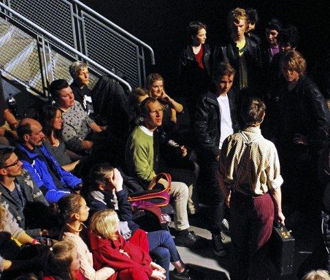 INTIMTEATER: Flere av scenene foregikk ute blant publikum.
