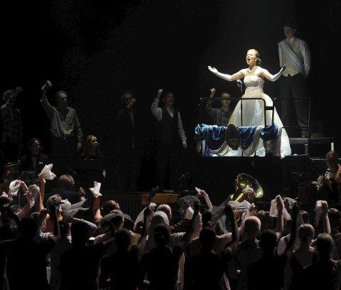 Rå stemme: Det er 12 jenter som deler på rollen som Evita, her representert ved Benedikte Ring Johansen.
