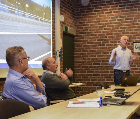 Bedre tilbud?: Jostein Haug (t.h.), samferdselssjef i Østfold fylkeskommune, orienterte om prosjektet «Østfold tar bussen», under regionrådsmøtet i Marker.