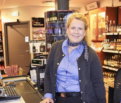 NEDGANG: Butikksjef på Vinmonopolet i Mysen, Hege Anette Teig, sier det selges mindre etter gjenåpningen.