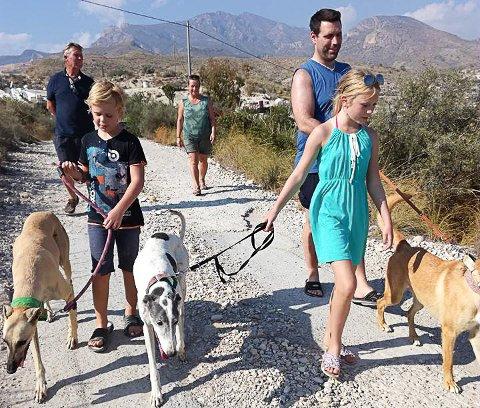 LUFTER HUNDENE: Familien Sandland ute på luftetur med noen av hundene fra redningssenteret Asoka i Spania.
