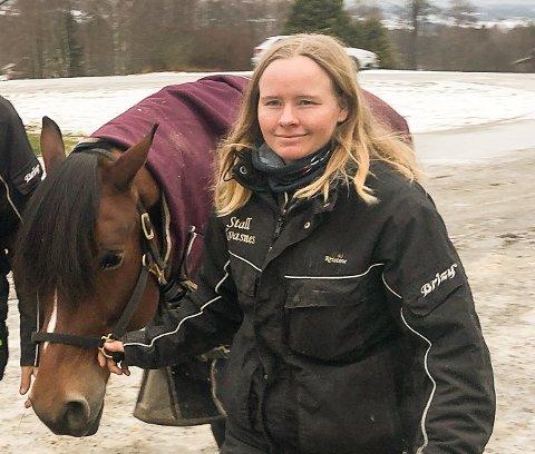 FÅR BESØK: Kristine Kvasnes får tirsdag besøk fra Mattilsynet, som skal jakte på svar på den mystiske hestesykdommen.