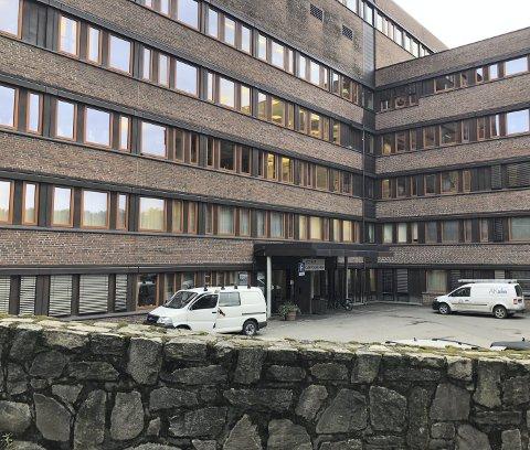 Mange med korona-spørsmål ringer legevakten i Arendal. Nå har kriseledelsen i kommunen sendt ut sms til innbyggerne.