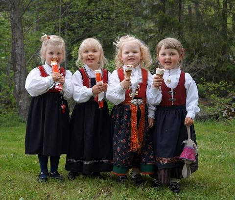 17.mai-jenter: Her fra 17.maifeiring i Tovdal for to år siden.