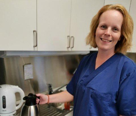 Urolig stemning: Lisbeth Songe Åsnes (42) er plasstillitsvalgt for fagforbundet og jobber på sykehjemmet i Vegårshei. Hun snakker på vegne av de ansatte når hun forteller at det er stor bekymring rundt hvordan kvaliteten på tjenesten vil bli fremover.