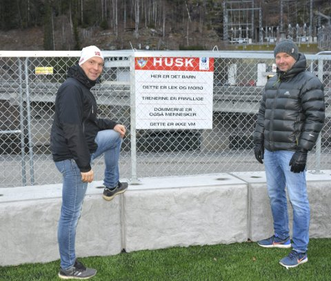Avventer: Morten Bellika Johansen (t. v.) og Steinar Skjerve på Bagn ILs flotte kunstgrasbane. Skjerve sier at fotballen i Bagn avventer situasjonen og legger seg på den forsiktige linja. Dessuten er påska rett rundt hjørnet.