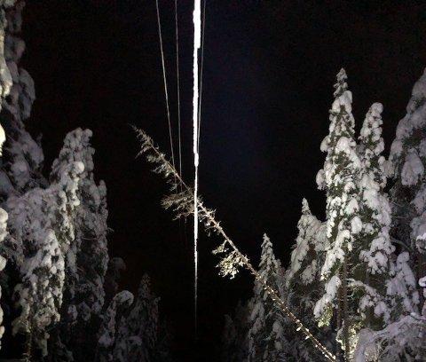 Strømbrudd: Daglig leder Lasse Nystuen i Valdres Energi Nett forklarer at begrepet overliggende nett er «motorvegen» for strøm inn til Valdres. Det var strømbrudd i dette nettet i natt. Her et bilde fra strømbruddet i Holdalsfoss, som Valdres Energi Nett ordnet opp i selv.