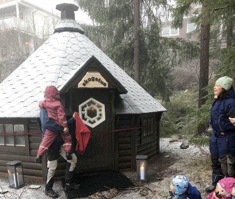 SKOGSTUA: Slik så det ut da Michelle (5) fikk æren av å åpne den nye grillhytta til Solstua barnehage. Hytta gjøres helt ferdig i mai.
