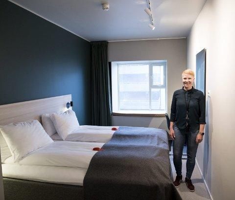 Hotellsjef Guro Dolve Meyer inne på et av rommene på «koronahotellet» på Danmarks plass. Bergen kommune dekker fullt opphold for alle koronasyke gjester som må bo her i isolasjon.