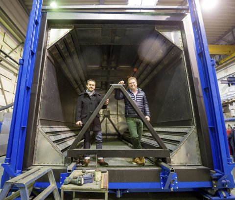 Denne gigantovnen er snart ferdig og skal skipes ut fra Lecas bryggeanlegg. Til venstre er salgs- og prosjektleder Petter Arnesen og administrerende direktør Henrik Johan Wulff.