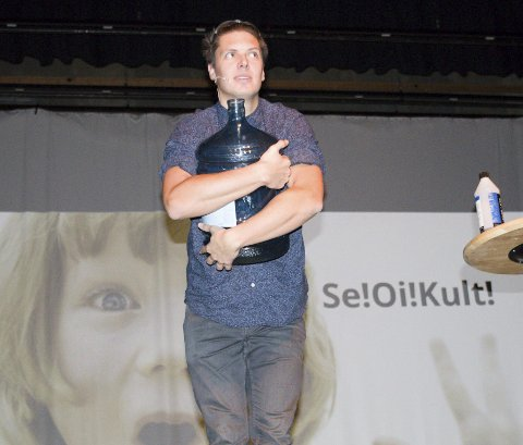 TV-FJES: Andreas Wahl oppfordret lærere og barnehageansatte til å være nysgjerrige – og overføre nysgjerrigheten til barna. Program-lederen fra NRK var gjest under «kick-off» for realfagprogrammet Glommaprosjektet i Rådhus-Teatret. bilder: PER HÅKON PETTERSEN