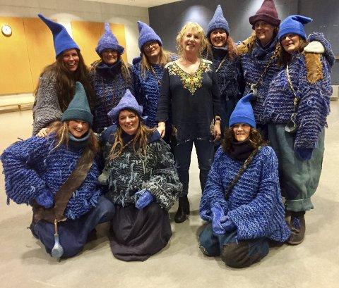 I FLOKKEN: Gudny Ingebjørg Hagen midt i flokken med blånisser. De er like mange blå som røde nisser til jul, for Jul i Blåfjell, som hun skrev for 20 år siden, er like populært og aktuelt i 2019 som i 1999. FOTO: Anita Krok