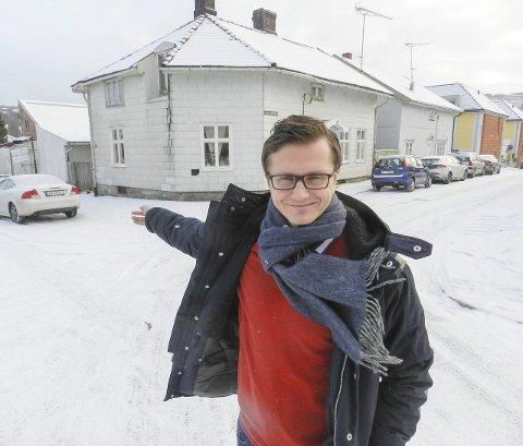 NYTT PROSJEKT: Direktør Richard Olsen i Halden Boligbyggelag har området det henvises til bak seg. Habo er i ferd med å sikre seg dette kvartalet. Dersom det ordner seg, kan det bli 22 sentrumsnære leiligheter der.