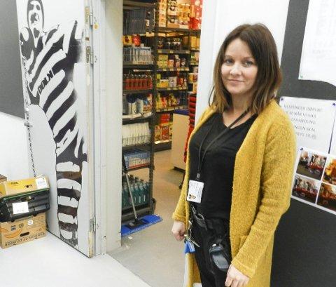Føler seg trygg: Utdanningsleder Cathrine Sjøholt har voldsalarm som en del av arbeidsutstyret sitt. – Jeg føler meg trygg, sier hun. foto: Hanne Eriksen