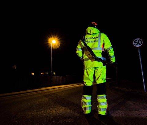 TA HENSYN: Slik er ettersøksjegere i regi av Halden kommune kledd når de er ute på oppdrag. For ofte opplever de at sjåfører ikke sakker ned farten når de passerer steder hvor det har skjedd viltpåkjørsler – selv om det varsles både med skilt og blinkende lys.