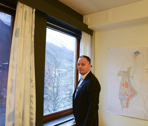 På kontoret: Ole-Jørgen Jondahl kan sjå tilbake på sitt første år som rådmann i Ullensvang kommune.  – Eg har ikkje vorte leiar for å verta venn med alle. Viss ikkje så ville eg fått det svært vanskeleg. Eg føler likevel eg kan gå og handla på butikken både i Jondal, Odda, Kinsarvik og Røldal, seier han. Foto: Ernst Olsen