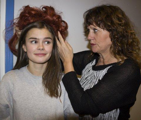 ANNIE: – Nei, Annie skal ikke ha parykk. Ble så fristet til å prøve denne, sier regissør Gro Hafsaas, her med Oda Gaard Hansen som spiller Annie.