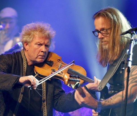 VAMP LIVE:  Øyvind Staveland i tett samspill med Bjørn Berge i  Maritim Hall på begynnelsen av Norges-turneen i 2015. Foto: Alfred Aase.