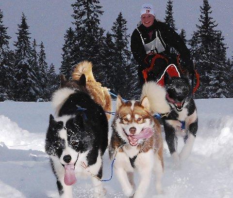 Ikke kaldt: Marit Ånes ønsker seg kuldegrader når hun skal konkurrere med hundene sine, men i Østerrike er det påskestemning og varmt på dagtid. – Grønlandshundene er ikke så glad i varme, sier hun før VM starter i dag.foto: per sverre simonsen