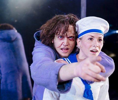 På hjemmebane: Johanne Fossheim (32) bekler flere roller i «Frankenstein» med Nordland Teater. Her som William sammen med Skapningen (Rune S. Løding). I kveld fredag spiller hun på hjemmebane i Mosjøen kulturhus. – Jeg håper vefsningene støtter opp om teatret, sier hun.Foto: Marius Fiskum