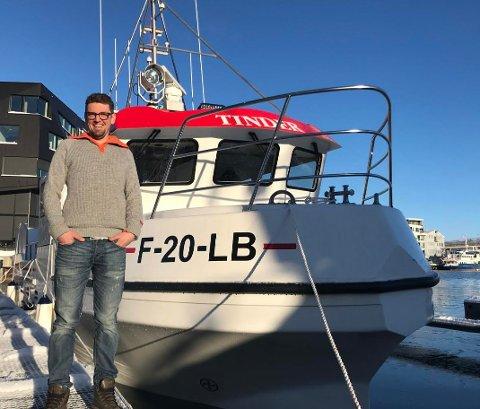"""FORNØYD: Daniel Lauritzen er godt fornøyd med den nye båten, som han har døpt """"Tinder"""". Allerede har båten rukket å få oppmerksomhet både i havna og på sosiale medier."""