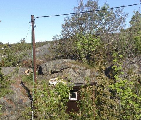 Vil ha bort: Hytteeier Arthur Nordlie mener Kragerø Energi har tatt seg til rette på hans eiendom og oppført installasjoner, blant annet en stolpe, det på forhånd ikke var spurt om.Begge foto: Privat