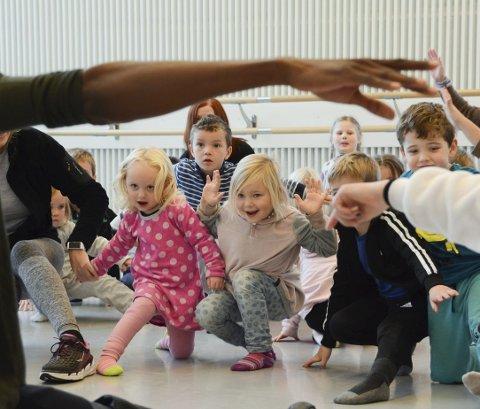 I FJOR: Barnehageborna likar godt å bli underhaldne av elevar frå kulturskulen. Her frå kulturskule-framsyninga for barnehagebarna på Husnes, Sunde og Valen i fjor, der dei blant anna fekk vera med og dansa. (Arkivfoto).
