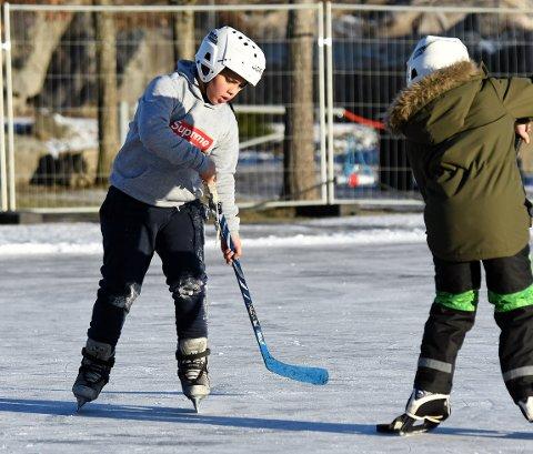 HOCKEY: Mostafa benyttet seg av muligheten med å prøve seg på hockey.