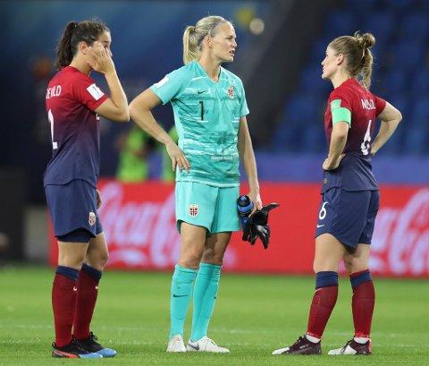 Ingrid Moe Wold, Ingrid Hjelmseth og Maren Mjelde depper etter 0-3-tapet for England i VM-kvafinalen torsdag kveld.