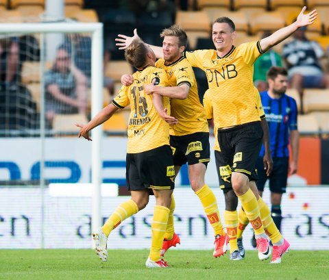 JUBEL: Tomas Malec (til høyre) og Aleksander Melgalvis omfavner Erik Næsbak Brenden etter hans første Lillestrøm-scoring i eliteserien.