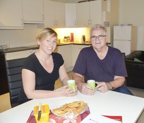 Slår av en prat: Hilde Lillerødvann i Røde Kors og Stein E. Hovind i Frivilligsentralen tar gjerne en kopp kaffe og en prat sammen. Det håper de å bidra til at flere kan gjøre. Foto: Toril S. Alfsvåg