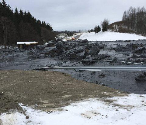 Mener vann har skylden: Sivilingeniør Stein H. Stokkebø mener det  ikke er et kvikkleireras som mange vil hevde, men vann som har bygget seg opp inne i massene og som plutselig bryter igjennom overflaten. Foto: Svein Magne Albertsen