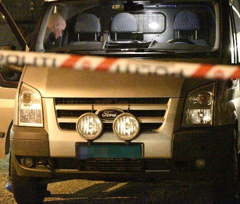 Krimteknikere fra Øst politidistrikt Romerike er tirsdag kveld på plass i den aktuelle boligen på Fjellhamar. FOTO: VIDAR SANDNES