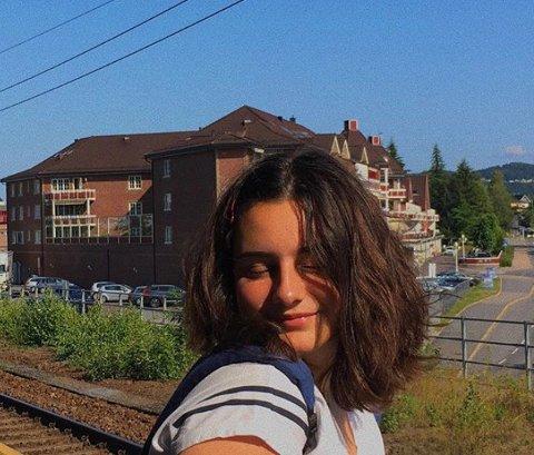 16 år gamle Salma Elyachouti vet om mange som har det tøft på hjemmebane i disse dager. Selv har hun kjent på ensomheten etter at skolen stengte dørene.