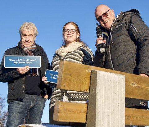 Kommer flere: Svein Gundersen, Charlotte Brosø og Inge Reidar Jensen lover flere benker med skilt etter hvert.