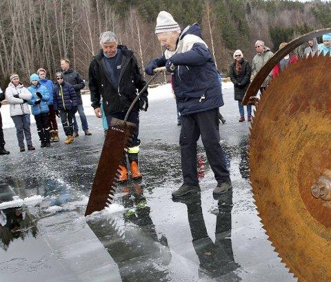 GAMLE KUNSTER: Ragnar Høvik skar is i Oslo sammen med sin far, men kommer opprinnlige fra Høvik ved Ramton. Han ga de  fremmmøtte en oppvisning i isskjærerkunsten.